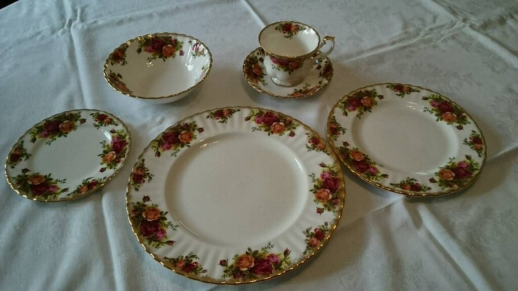 Royal Albert Old Country Roses Dinner service - 12 x Plates, Cup/saucers, bowls, serving dishes etc