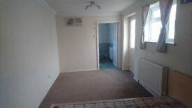 En-suite EX-LARGE room in Central Woking GU21