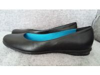 Flat black Clarks ladies shoes in size 7 regular fit.