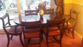 Extending mahogany dining table in lovely condition with six chairs.
