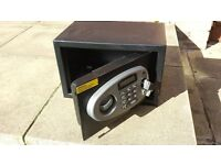 Yale digital electronic safe with over-ride key