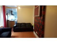 LARGE DOUBLE BEDROOM TO RENT IN 5 BED STUDENT HOUSE IN MOUNT PLEASANT, SWANSEA £75 PPPW ALL BILLS IN