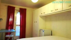 Large double room with balcony 5mins walk from Westferry station