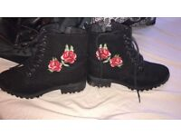 Boots with rose embrodiery