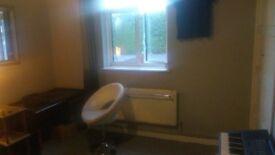 Small double room in garden flat in Ealing