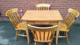 Exstendable wooden Dinning table used condition!Can deliver or post!