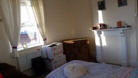 Large single room available. 5 minute from the station. Mon-Fri.