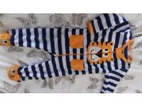 Baby's clothing from 3 to 12 months