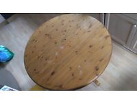 Extendable round kitchen / dining table