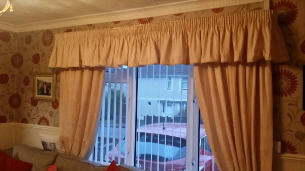 Cream lined curtains & pelmet