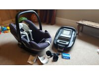 Maxi-Cosi Pebble car seat and Maxi-Cosi FanilyFix isofix base