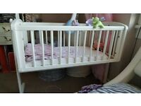 white crib with matrees and 2 fitted sheets