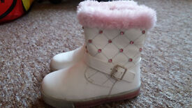 White girls boots size 7 (24)