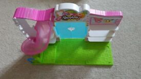 Shopkins Supermarket with 3 Shopkins in good condition