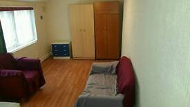 STUDIO FLAT 2 MINS FROM LUTON TRAIN STATION LU12NA