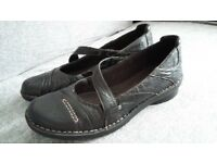 Clarks black leather ladies shoes size 7