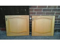 12 LIGHT OAK WOOD KITCHEN UNIT DOORS AND 6 DRAWERS WITH HINGES AND FANCY HANDLES USED