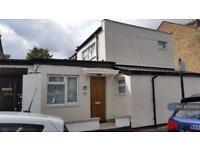 3 bedroom flat in Romford Road, London, E12 (3 bed)