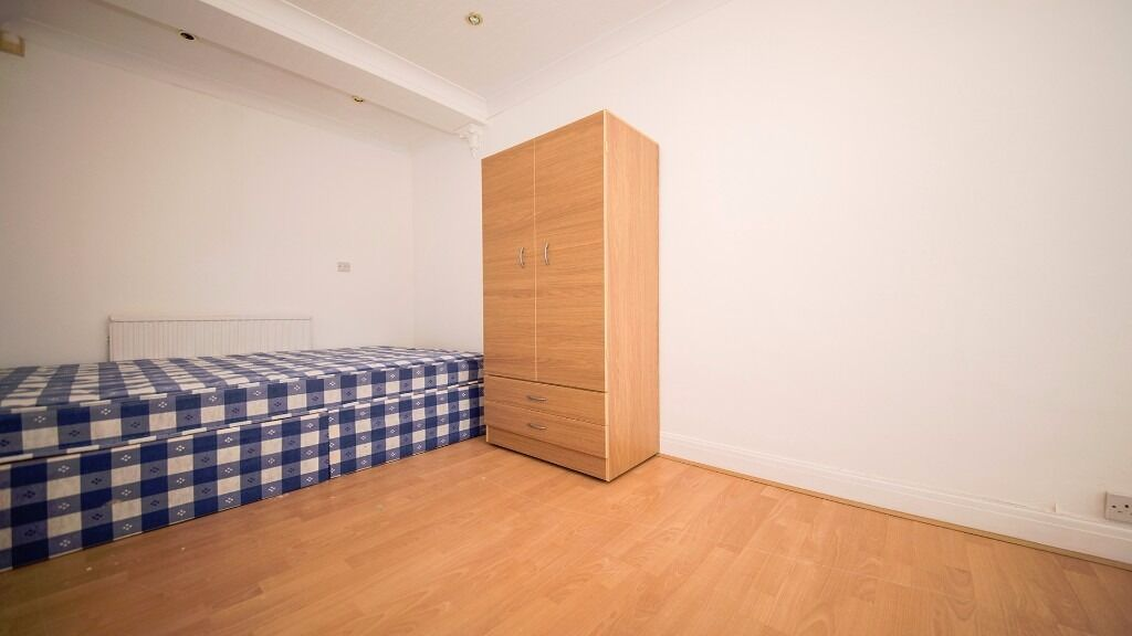 DOUBLE ROOM AVAILABLE!! FURNISHED!! LARGE KITCHEN!! TWO BATHROOMS!! ALL BILLS INC!! BRIMSDOWN, EN3!!