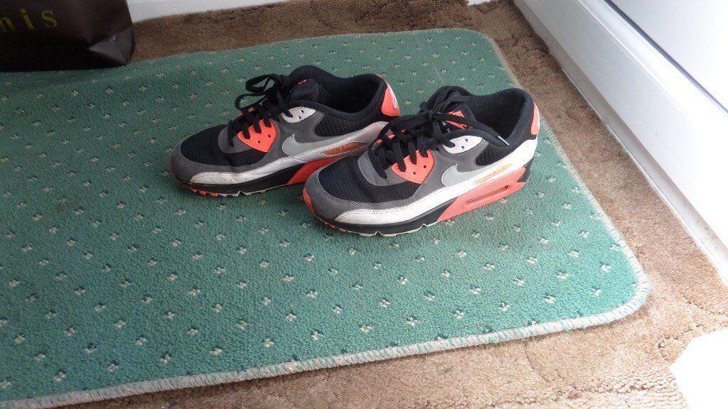 29254b3425 2 pairs of nike trainers nike t shirt
