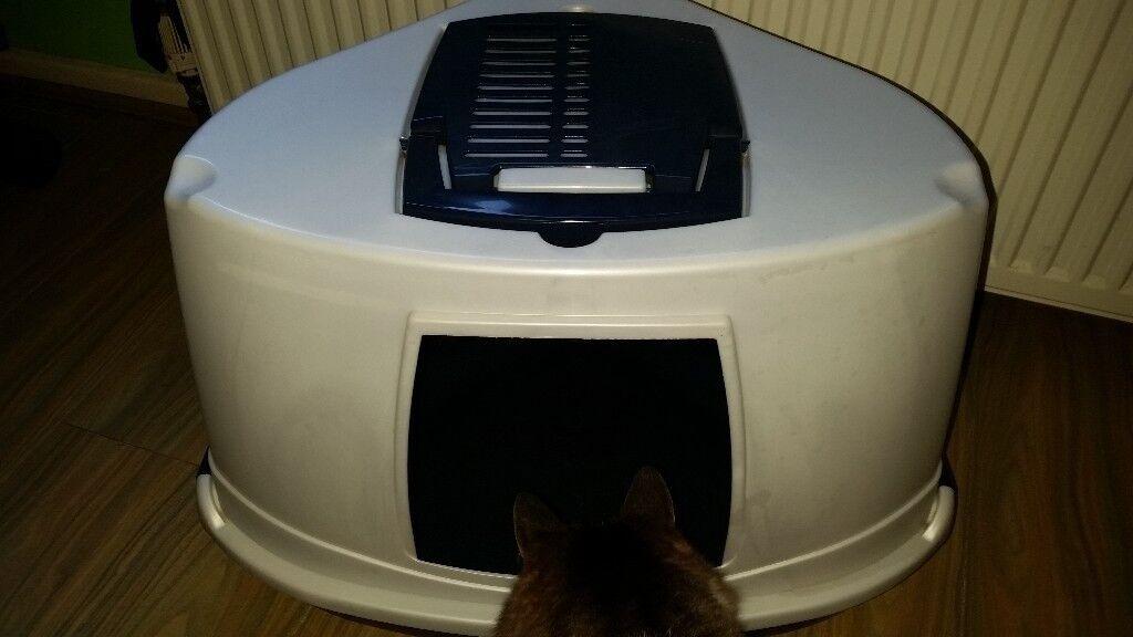 Covered corner cat litter tray