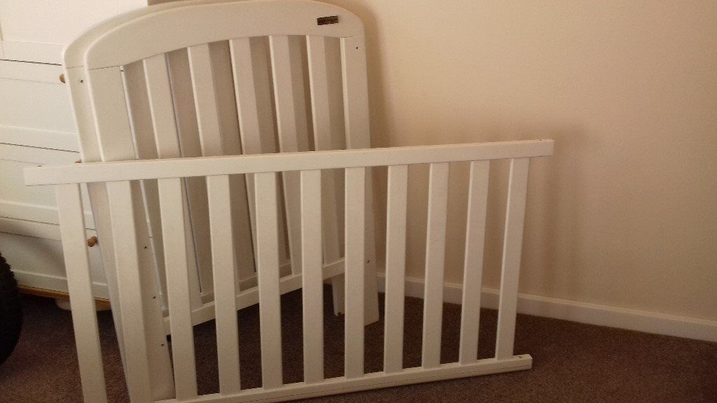 A baby cot by East Coast , in white wood with 2 height positions, in good condition