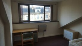 Large double room to let in bd7 inclusive of bills 50pw
