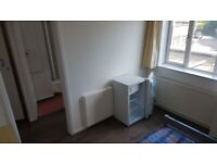 SMALL DOUBLE EN-SUITE ROOM TO-LET ON HIGH ROAD ,WHETSTONE N20 9HJ