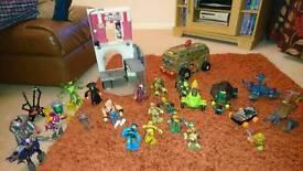 Assorted teenage mutant ninja turtles, vehicles and villans play set