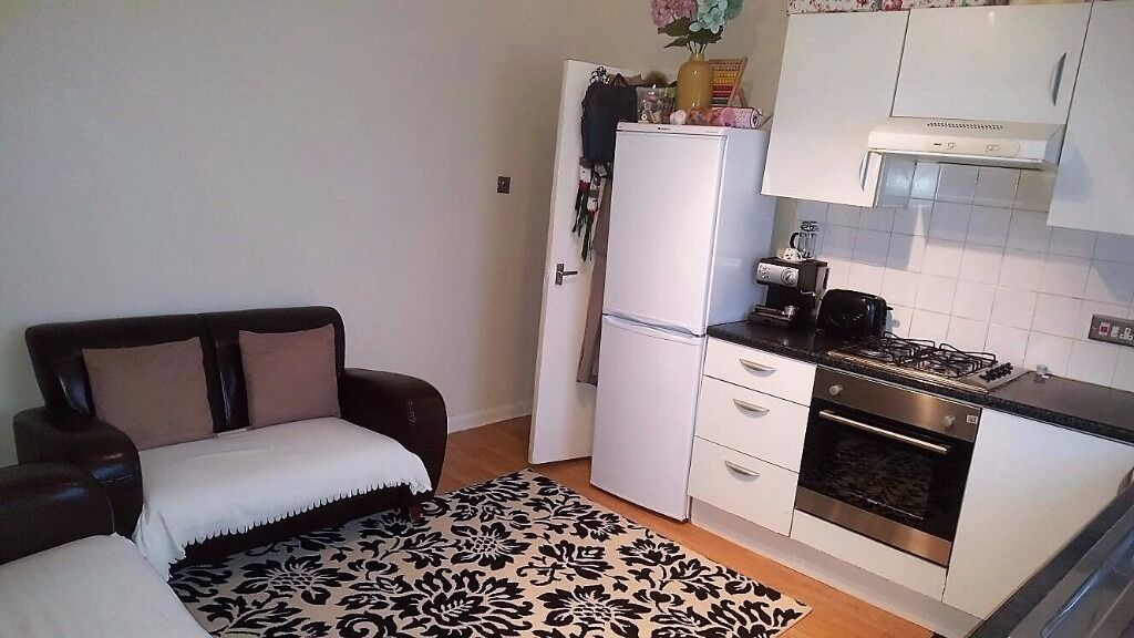 PROPERTY HUNTERS ARE PLEASED TO OFFER A 2 BED APARTMENT FOR £1100PCM! 5MINS WALK TO THE STATION!