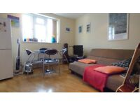Modern 1 Bed Flat On Battersea High Street Ideal For Couple Close To Station & Local Amenities