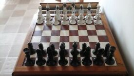 Vintages chess set with porcelain pieces, in excellent condition