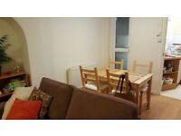 Small double bedroom in a lovely flat in Headngton