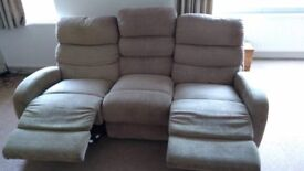 Electric reclining La-z Boy Sofa in Fabric, in really good condition & extremly comfortable