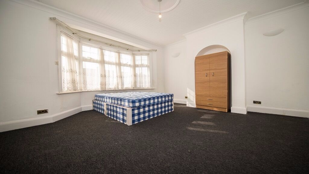 Large double room to rent in Enfield. Inc internet/council tax/all bills! North London, Parking, En3
