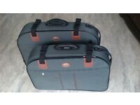 SET OF 2 MATCHING SUITCASES - 2 WHEELS