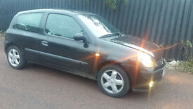 05 renault CLIO ,very low mileage with long MOT (BARGAIN)