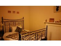 Double room available in a 2 bedroom flat in Newington