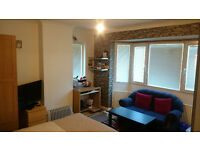 DOUBLE ROOM, N12, £135 PW SINGLE AND £150 COUPLE, ALL INCLUSIVE, MIN 6 MONTHS PLUS 1 MONTH NOTICE