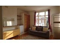PRIVATE LANDLORD - SUNNY ONE BED FLAT IN CENTRE OF EALING BROADWAY WITH PARKING - AVAIL 5th SEPT