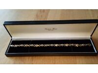 BEAUTIFUL 9CT GOLD UNIQUE DESIGN BRACELET WITH TWO TONES OF GOLD. CHISHOLM HUNTER JEWELLER. BOXED