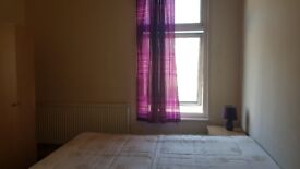 Double room in house share. 2 min to barking station. 1 week deposit. Internet. No agency fees