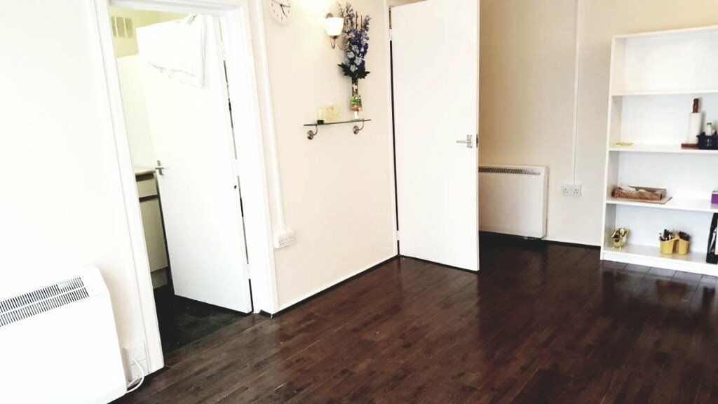 Very Spacious 1 bed flat next to Edmonton Green station