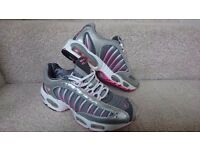 NIKE Air Max size 6.5 (like new)