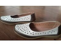 Woman's SHOES SIZE 6 COMFORT BY HONOR MILLBURN