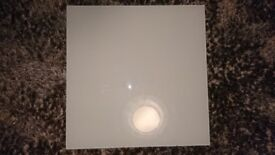 White glass splash back for hob