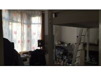 Light spacious Room to rent in Green bank easton with big windows. Unfurnished. Cheap rent £310!!