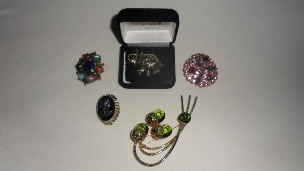 Selection of 5 lovely brooches