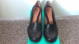 WOMEN'S CLARKS BLACK LEATHER HEELED SHOES SIZE 5 BRAND NEW IN BOX