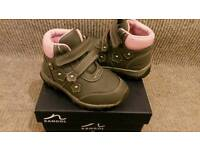 Girls size 6 boots (toddler)